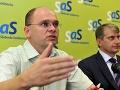 Richard Sulík (vľavo) a predseda petičného výboru Za referendum Robert Mistrík informovali novinárov na tlačovej konferencii 13. júla 2010.