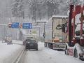 Husté sneženie komplikuje situáciu na cestách: Viaceré horské priechody uzavreli pre nákladnú dopravu