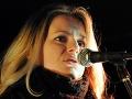"""Na snímke za predstaviteľov občianskej iniciatívy """"Skládka nepatrí do mesta"""" vystúpila 15. februára 2008 s prejavom Zuzana Čaputová."""