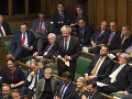 Boris Johnson sa počas rozpravy obracia na parlamentnú schôdzku.