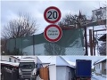 Kamionistu zradila navigácia: VIDEO Zostal zakliesnený v českej obci, bezradná situácia stále trvá