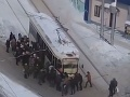 Mesto zažíva snehovú apokalypsu: VIDEO Doprava nefunguje, ľudia vybavujú pluhmi svoje autá