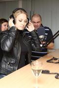 Barbora Rakovská za mikrofónom, v pozadí Petr Vladyka.
