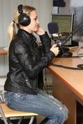 Barbora Rakovská za mikrofónom.