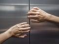Desivý objav susedov vo výťahovej šachte, mŕtvi mladí ľudia: Rozhodli sa skočiť sami?