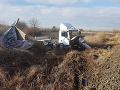 AKTUÁLNE Zrážka kamiónu a vlaku na južnom Slovensku: FOTO Silný náraz odhodil kabínu do poľa