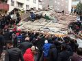 Pád budovy v Istanbule: Záchranári v plnom nasadení, zatiaľ hlásia jednu obeť