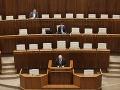 Poslanci by dnes mali hlasovať o kandidátoch na ústavných sudcov. Sála je zatiaľ takmer prázdna.