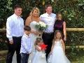 Nevesta chcela krásnu rodinnú FOTO s celou rodinou: Čo to ale, preboha, ukazuje jej dcérka (3)?!