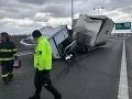 Neprejazdný Prístavný most v Bratislave: FOTO Prevrátený nákladiak spôsobil kolaps dopravy