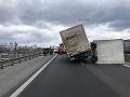 Prístavný most blokuje prevrátená kabína nákladného auta.
