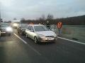 Diaľnica D2 je zablokovaná pre dopravnú nehodu