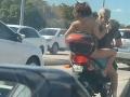 VIDEO Brunetka na motorke