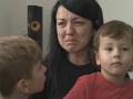 S deťmi zostala opäť opustená, odkázané len sama na seba.