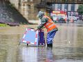 Obľúbenú dovolenkovú destináciu zasiahli náhle záplavy: Auto zmietlo z cesty, štyria mŕtvi