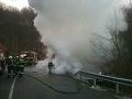 Nehoda na Pezinskej babe: VIDEO z odvážneho zásahu hasičov, auto sa zmenilo na vrak
