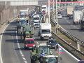 Na snímke traktory protestujúcich farmárov z celého Slovenska