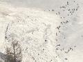 Biele peklo vo Švajčiarsku: Lavína zasypala aj zjazdovku, niekoľkých ľudí sa podarilo vyslobodiť
