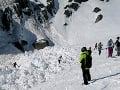 Tragický pád lavíny vo Švajčiarsku: Spod snehu vytiahli štyroch ľudí, jeden skonal