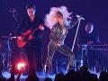 VIDEO Veľký trapas speváckej superstar: Lady Gaga spadla počas tancovania s fanúšikom z pódia