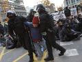 Štrajk katalánskych separatistov: FOTO Tvrdé strety s políciou, blokujú diaľnice a železnicu