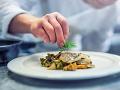Špičková reštaurácia čelí škandálu: Desiatky ľudí sa otrávili jedlom, jedna žena zomrela