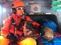 Leteckému záchrannému tímu pomáhal aj psovod s lavínovým psom.