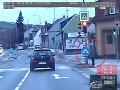 Nebezpečné VIDEO z našich ciest: Vodič nechcel pri brzdení nabúrať, preletel na červenú