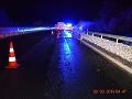 Hrozivá nehoda na Liptove: FOTO Dodávka skončila na streche, hlásia štyroch zranených