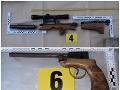 Policajti v Brezne okrem zbraní zaistili aj rôzne druhy streliva.