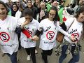 Rušné chvíle v Alžírsku: Stovky zranených po protestoch, vysoké školy sú zatvorené