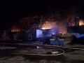 FOTO Veľký nočný požiar v Petržalke: Zasahovalo 35 hasičov, škody sú obrovské