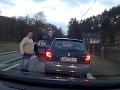 Policajt v teplákoch vyberal od vodičov pokuty: Osudným sa mu stalo VIDEO jedného z nich