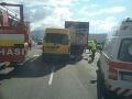 AKTUÁLNE Vážna dopravná nehoda v Dubnici nad Váhom: Zrážka nákladiaka a dodávky, hlásia zranených