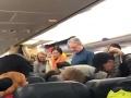 VIDEO Študentku niečo počas letu šteklilo na chrbte: Keď zistila, čo, dostala záchvat paniky