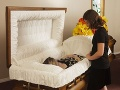 Žena sa prišla naposledy rozlúčiť s mŕtvou príbuznou: Pozrela do rakvy a skríkla od hrôzy