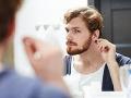 Mladík (31) roky používal vatové tyčinky do uší: Takmer ho to zabilo, hrozivá diagnóza