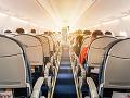Incident na palube lietadla: Pasažierka chcela počas letu otvoriť dvere, cestujúci ihneď konali