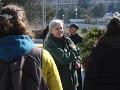 Zástupcovia ochranárskych organizácií, nespokojných lesníkov a pôdohospodárov pred odovzdaním výzvy predsedovi vlády za odvolanie ministerky pôdohospodárstva Gabriely Matečnej