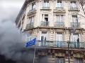 Protesty v Paríži prekračujú hranice: Dramatické VIDEO uviaznutej matky s dieťaťom v horiacom dome