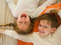 Dievčatá, máte brata dvojičku? Podľa vedcov je pravdepodobné, že vám pokazí život