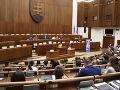 PRÁVE TERAZ Parlament schválil strop veku odchodu do dôchodku