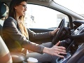 Máte aj vy tieto ZLOZVYKY pri šoférovaní? Veľká chyba, vaša peňaženka zaplače
