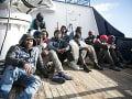 Humanitárna loď podáva pomocnú ruku migrantom, zachránila ich v mori medzi Talianskom a Maltou
