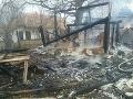 Pri požiaru domu v okrese Hlohovec začala vybuchovať munícia: FOTO Hasiči čakajú na pomoc pyrotechnikov