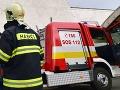 AKTUÁLNE Hasiči zasahujú pri požiari bytovky v Hnúšti, evakuácia 17 osôb