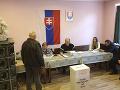 Na snímke členovia okrskovej volebnej komisie  vybavujú jedného z prvých voličov počas 2. kola prezidentských volieb 30. marca 2019 v obci Klenovec