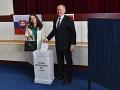 Andrej Kiska a manželka Martina Kisková vhadzujú obálky s hlasovacími lístkami do volebnej schránky v 2. kole prezidentských volieb v Poprade