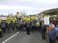 Stovky ľudí sa v sobotu zhromaždili na hraniciach na írskom ostrove na protest proti brexitu.