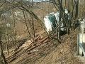 FOTO Hrozivo vyzerajúca nehoda v Handlovej: Kamión s prívesom sa prevrátil do rokliny